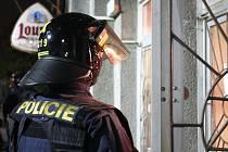 Policie před Lidovým domem v Žatci