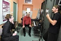 Zpěvačka Jessica Boone, Jiří Soukup a skladatel Daniel Dobiáš při nahrávání CD Základní umělecké školy v Lounech s názvem Mistrům Janům, které vzniklo v rámci projektu Husovy Louny.