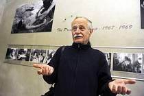 Fotograf Jan Ságl při přípravě expozice v lounské Galerii Benedikta Rejta
