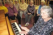 Paní Zdeňka z Podbořan už může hrát svým přátelům v domově na novém klavíru. Minulý rok jí toto přání pomohla splnit dobročinná kampaň pro zlepšení podmínek života seniorů v ČR