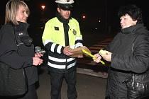Policisté na preventivní akci s chodci.