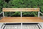 Počmáraná lavička v parku.