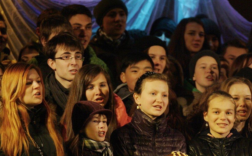 Samotné rozsvícení stromu doprovodili zpěvem žáci lounského gymnázia