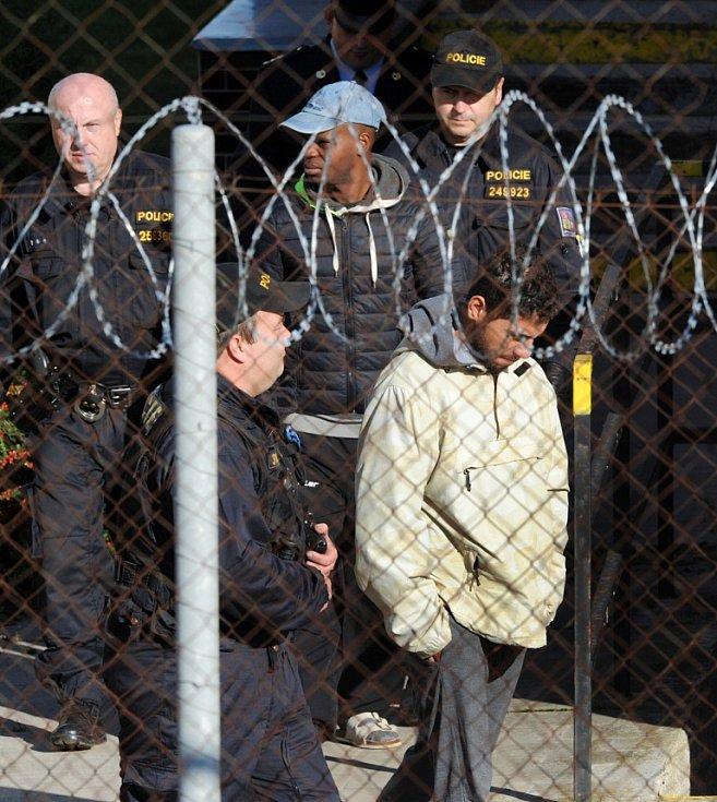 Běženci přijeli do areálu detenčního zařízení v Drahonicích