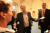 Senátor Marcel Chládek hovoří s vyslanci Žatce.