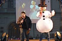 Adventní týden na náměstí v Žatci, na snímku jsou moderátoři Karel Fiala a Milan Hořejší.