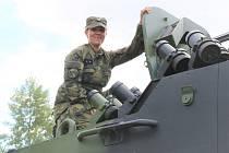 Už třetím rokem je desátnice Barbora Kysilková řidičkou kolového bojového vozidla Pandur a dalších vozidel u 41. mechanizovaného praporu v Žatci.