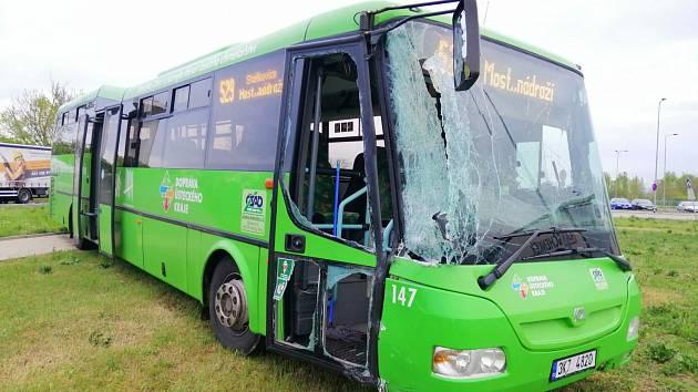 Náklaďák se na Žatecku srazil s autobusem.