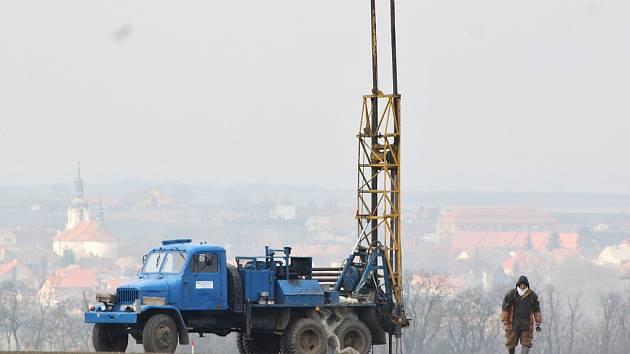 U Chlumčan na Lounsku se provádějí vrty v místech, kde povede dálnice D7 Praha - Chomutov.