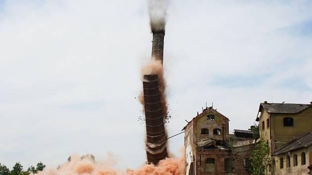 Odstřel cukrovarského komínu v Lenešicích