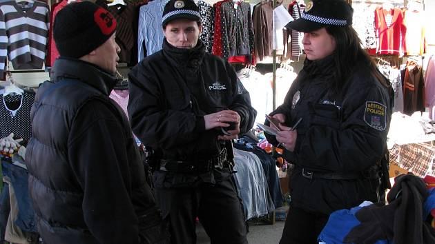 Strážnice městské policie v Žatci kontrolují stánkaře.