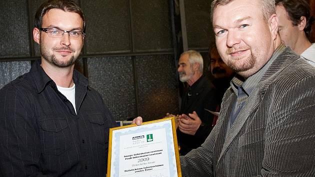 Miroslav Krčil z centrální redakce Deníku (vpravo) předává cenu vedoucímu žateckého infocentra Janu Novotnému za vítězství v anketě.