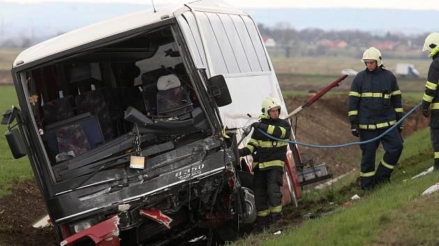 Tragická srážka autobusu a osobního vozu, v kterém uhořel jeden člověk