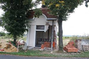 Kaplička v Lužci po nárazu auta prochází opravou