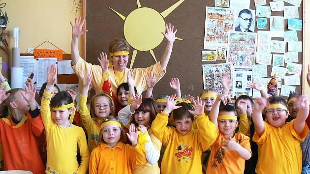 Děti s učitelkou Květoslavou Zíbrtovou při sluníčkovém dni.
