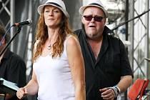 Jana Jelínková a Jan Kalina z kapely Sto zvířat při vystoupení na Rock for Church(ill) 2012