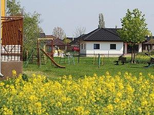 Lidem z panelového domu ve Vrchlického ulici se nelíbí, že by Rákosníčkovo hřiště mělo vyrůst přímo pod jejich okny.