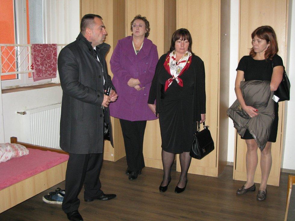 Ivana Zemanová (druhá zprava) při návštěvě ústavu v Pšově.