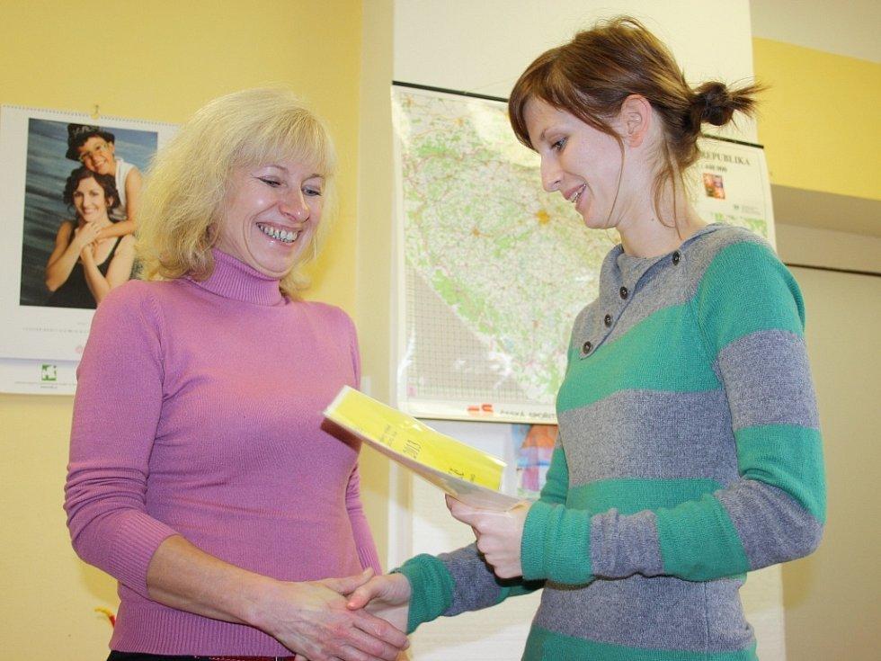 Ředitelka stacionáře Libuše Machillová (vlevo) přebírá symbolický šek od Adély Janečkové ze sdružení Dobroděj