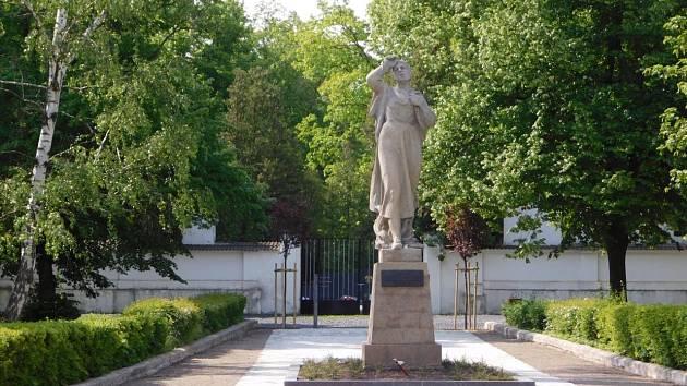 Tradiční vzpomínková akce u pomníku před městským hřbitovem připomněla v neděli  válečnou tragédii, při které nacisté vypálili obec Český Malín na Volyni a vyvraždili stovky jejích obyvatel