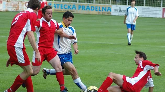 Neohroženě se do soubojů s lounskými fotbalisty vrhal žatecký Martin Dupály. Ač je původně brankář, musel pro nedostatek hráčů do pole.