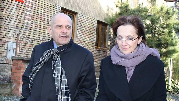 Ministryni kultury Alenu Hanákovou provází Kotěrovou kolonií starosta Loun Radovan Šabata