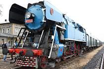 Speciální vlak s parní lokomotivou, přezdívanou Papoušek