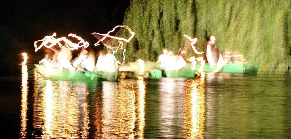 Letní lounské vábení 2016. Páteční tajuplná světelná hra u řeky.