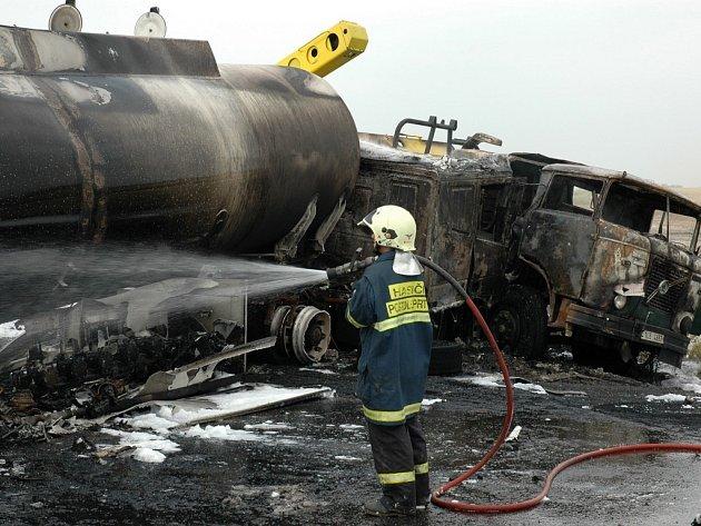 Hasiči zasahují u středeční havárie na křižovatce u Bitozevsi.