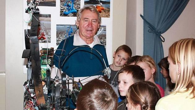 Václav Jíra hovoří se školáky na své výstavě v Lounech.