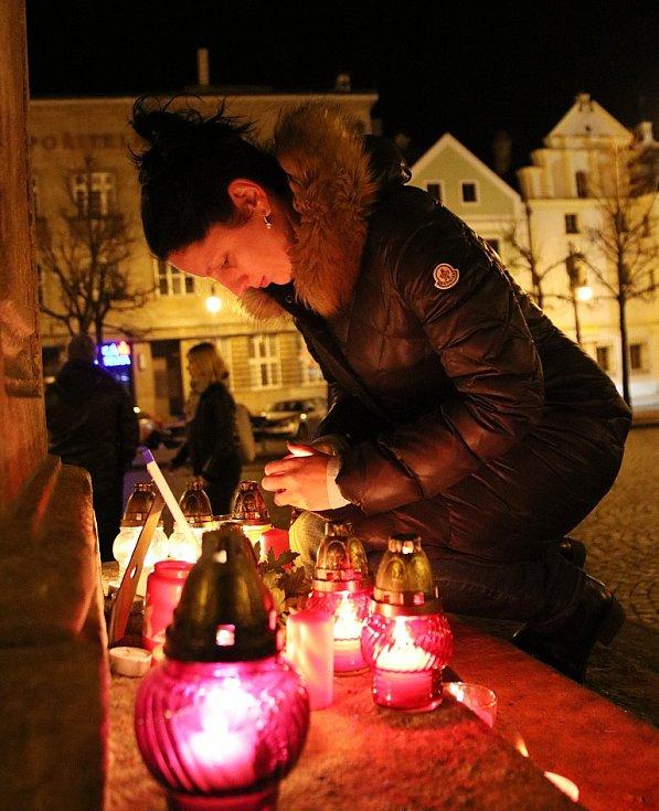 Lidé na Mírovém náměstí v Lounech zapalovali svíčky za oběti teroristických útoků v Paříži.