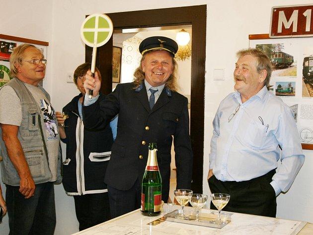 Výstavu zahájili stylově, s plácačkou v ruce majitel galerie Miroslav Blažek a předseda spolku Radoslav Fyman (vlevo).