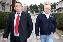 Jiří Paroubek prochází areálem lounské nemocnice. Doprovází ho tamní ředitel Antonín Strolený (vpravo)