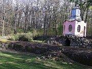 V havarijním stavu je Čínský pavilon a blízká opěrná zeď v krásnodvorském zámeckém parku.