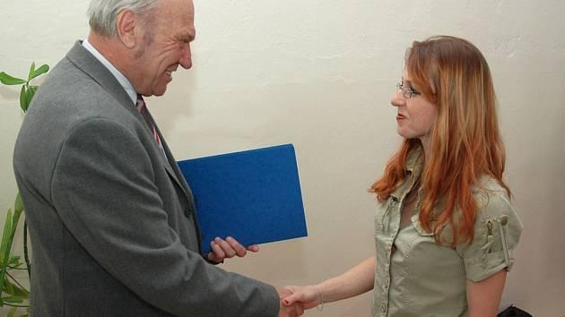 Ředitel školy Ladislav Grössl gratuluje Romaně Fůsové.