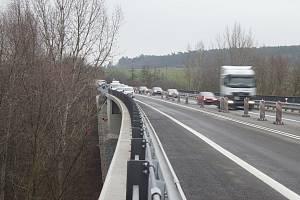 Most přes Bakovský potok u Kutrovic mezi Prahou a Louny prošel několikaměsíční rekonstrukcí. V místě se vytvářely kolony aut.
