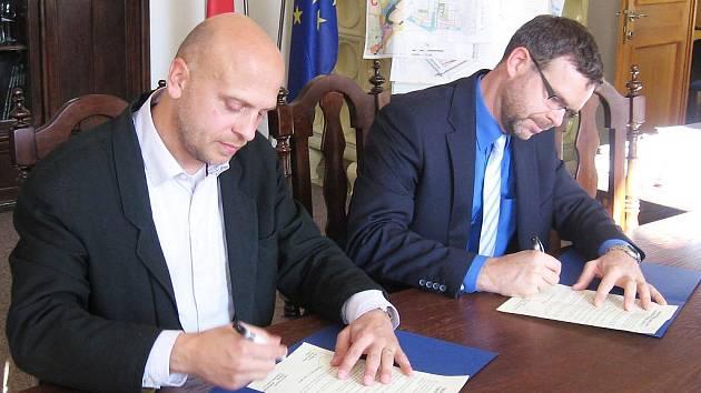 Jan Kerner, starosta Loun (vpravo), a předseda představenstva společnosti Oldřich Pastyřík podepsali prohlášení o lounské poliklinice.