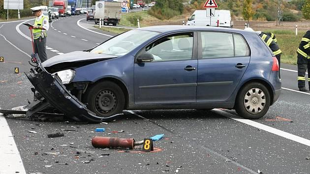 Vážná dopravní nehoda se třemi zraněnými se stala 5. října 2009 na obchvatu Loun ve směru na Chlumčany
