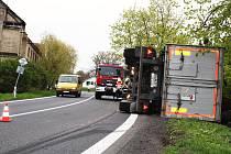 V Pšově, na silnici mezi Žatcem a Plzní, se v pátek převrátil kamion s uhlím