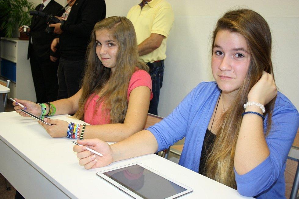 Tereza Blahoutová (vpravo) a Kateřina Čapková pracují s novými tablety