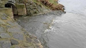 Do Ohře vytékaly splašky z kanalizace i po víkendu.