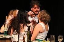 Snímek ze hry Když básník, tak prokletý, kterou na Divadlení předvedl soubor MHD ZUŠ Louny v roce 2016
