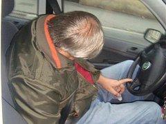 Řidič zkolaboval za volantem. Do péče ho převzali záchranáři