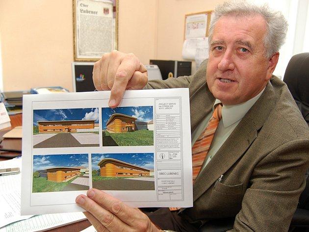 Starosta Lubence Bohumil Peterka ukazuje nákres nové sportovní haly.