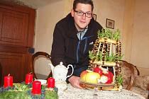 Vít Pávek připravuje vánoční výzdobu v komnatách zámku Nový Hrad v Jimlíně