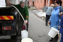Zdeněk Filip si napouští vodu z cisterny.