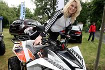 Na lounském výstavišti začala výstava Autosalon 2012. Motocykly a čtyřkolky zlákaly i Andreu Herianovou.