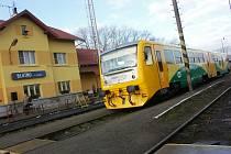Rychlík Českých drah zastavuje v železniční stanici Blatno u Jesenice na Podbořansku. Státní dopravce na trati Plzeň – Most pravděpodobně bude jezdit dál.