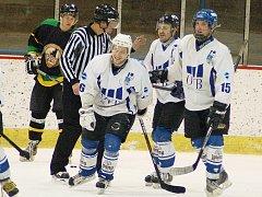 Utkání hokejistů Loun (v bílém) proci celku Velkých Popovic