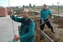Václav Nechutný (vlevo) a Štefan Blahuta pracují na uzemnění kolem základů budoucího rodinného domu na Kamenném vršku v Žatci.